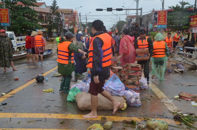 Người dân dầm mưa bên quốc lộ xin cứu trợ, giúp qua cơn đói ở Quảng Bình - Ảnh 9.
