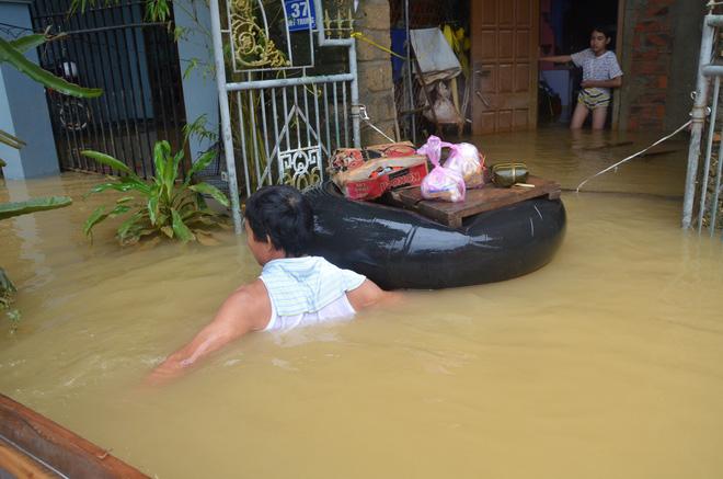 Người dân dầm mưa bên quốc lộ xin cứu trợ, giúp qua cơn đói ở Quảng Bình - Ảnh 13.