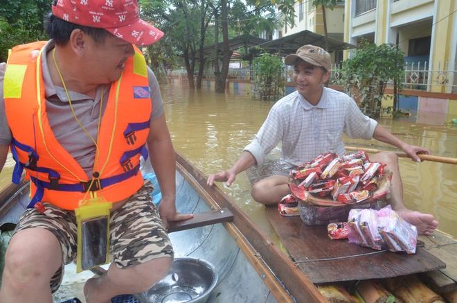 Người dân dầm mưa bên quốc lộ xin cứu trợ, giúp qua cơn đói ở Quảng Bình - Ảnh 14.