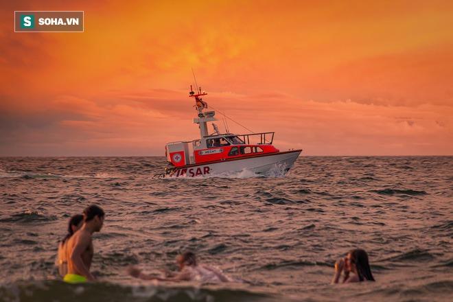 Tàu chở khách đột ngột bị đâm chìm giữa biển đêm, thuyền trưởng đứng trên boong làm 1 việc, những người còn lại cả đời không thể quên - Ảnh 6.