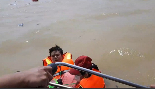 Quảng Bình: Đoàn cứu trợ 6 người bị lật thuyền rơi xuống dòng lũ dữ - Ảnh 1.