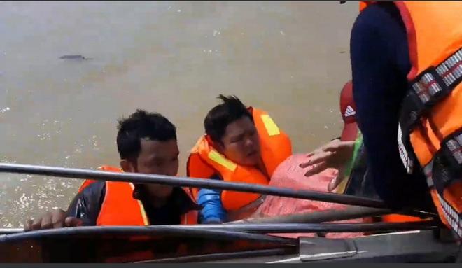 Quảng Bình: Đoàn cứu trợ 6 người bị lật thuyền rơi xuống dòng lũ dữ - Ảnh 2.