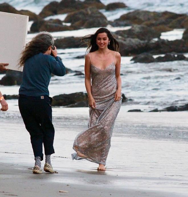 Bond Girl Ana De Armas khóa môi tình tứ trai lạ trên biển - Ảnh 4.