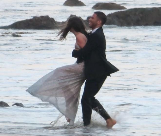 Bond Girl Ana De Armas khóa môi tình tứ trai lạ trên biển - Ảnh 6.