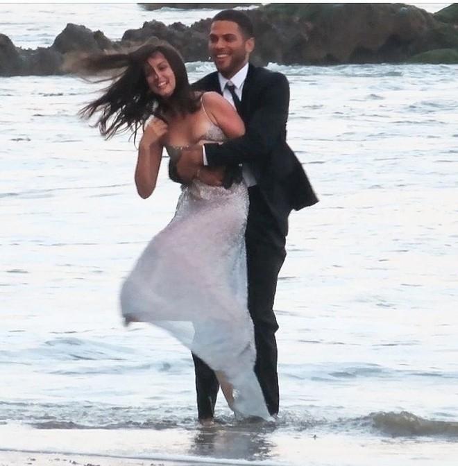Bond Girl Ana De Armas khóa môi tình tứ trai lạ trên biển - Ảnh 7.