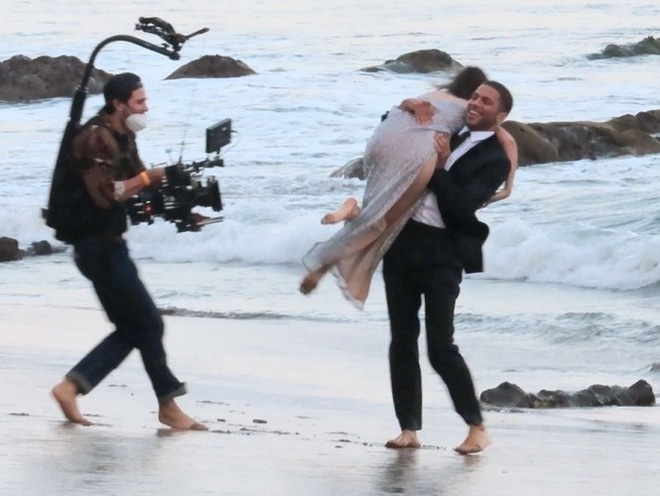 Bond Girl Ana De Armas khóa môi tình tứ trai lạ trên biển - Ảnh 8.