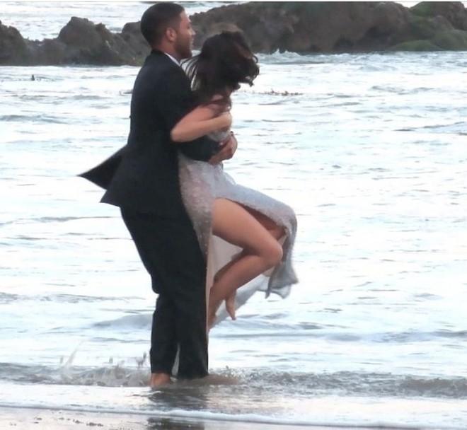 Bond Girl Ana De Armas khóa môi tình tứ trai lạ trên biển - Ảnh 9.