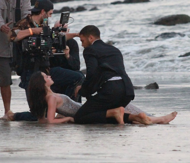 Bond Girl Ana De Armas khóa môi tình tứ trai lạ trên biển - Ảnh 10.