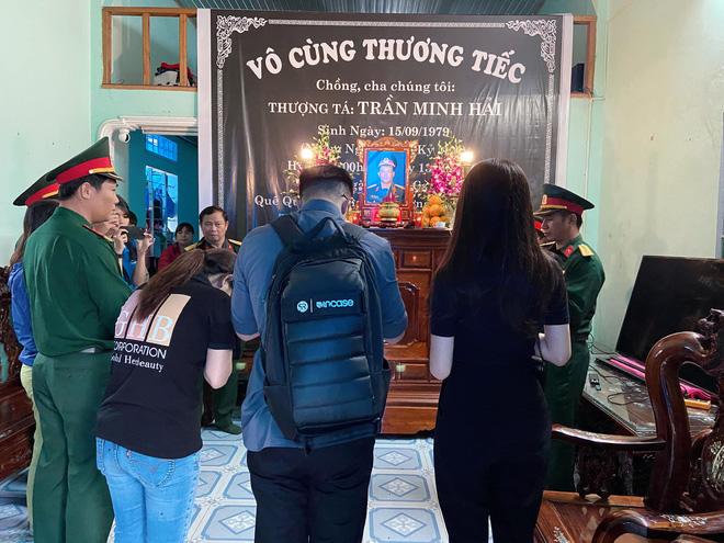 Hương Giang xúc động, đưa bạn trai đến viếng chiến sĩ hy sinh ở Rào Trăng 3 - Ảnh 4.