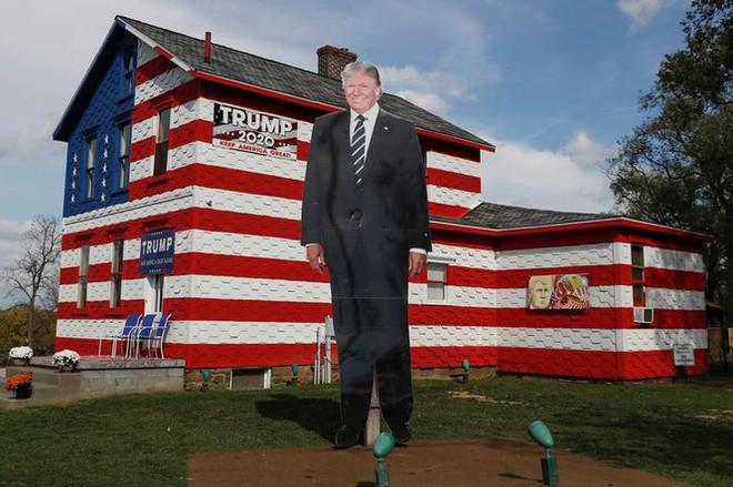 Bầu cử Mỹ: Ông già Noel, bộ xương khô cầm biểu ngữ vận động tranh cử - Ảnh 1.