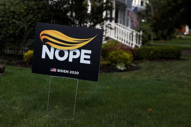 Bầu cử Mỹ: Ông già Noel, bộ xương khô cầm biểu ngữ vận động tranh cử - Ảnh 2.