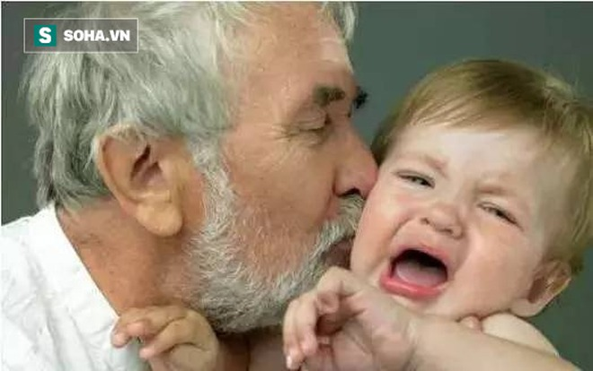 Hôn, nhai thức ăn cho trẻ: Không phải yêu thương, mà là gây tai họa khiến trẻ phải nhập viện - Ảnh 5.