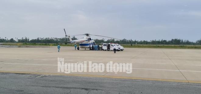 Trực thăng đưa 2 lãnh đạo xã bị thương nặng ở Quảng Trị vào Huế cấp cứu - Ảnh 1.