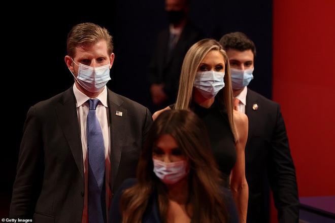 Bà Melania tái xuất hậu COVID-19, đeo khẩu trang đi cổ vũ ông Trump - Ảnh 2.