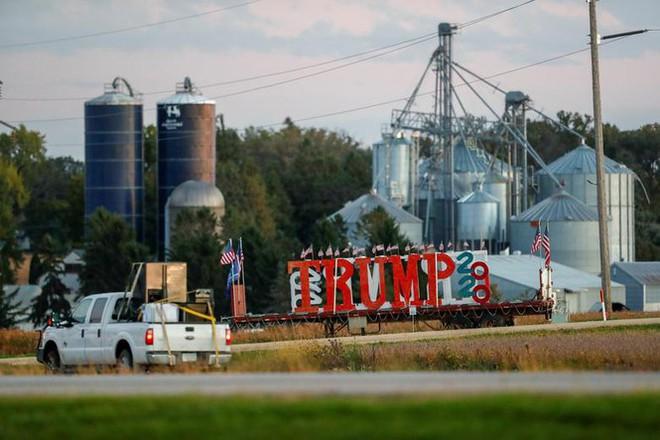 Bầu cử Mỹ: Ông già Noel, bộ xương khô cầm biểu ngữ vận động tranh cử - Ảnh 11.