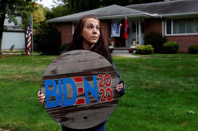 Bầu cử Mỹ: Ông già Noel, bộ xương khô cầm biểu ngữ vận động tranh cử - Ảnh 12.