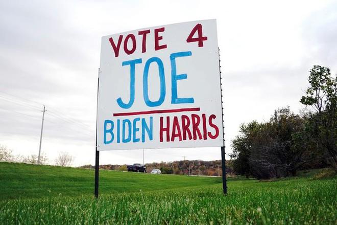Bầu cử Mỹ: Ông già Noel, bộ xương khô cầm biểu ngữ vận động tranh cử - Ảnh 14.