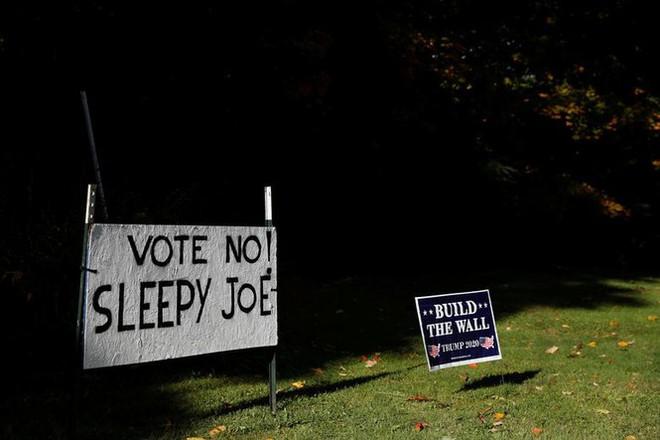 Bầu cử Mỹ: Ông già Noel, bộ xương khô cầm biểu ngữ vận động tranh cử - Ảnh 15.