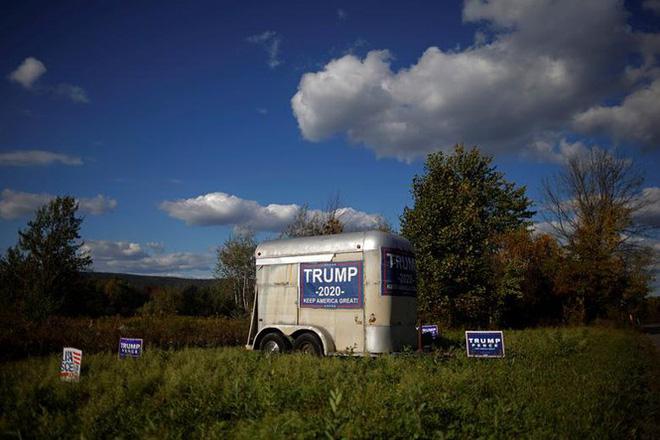 Bầu cử Mỹ: Ông già Noel, bộ xương khô cầm biểu ngữ vận động tranh cử - Ảnh 16.