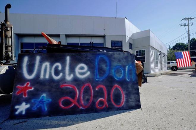 Bầu cử Mỹ: Ông già Noel, bộ xương khô cầm biểu ngữ vận động tranh cử - Ảnh 17.