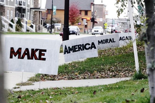 Bầu cử Mỹ: Ông già Noel, bộ xương khô cầm biểu ngữ vận động tranh cử - Ảnh 3.