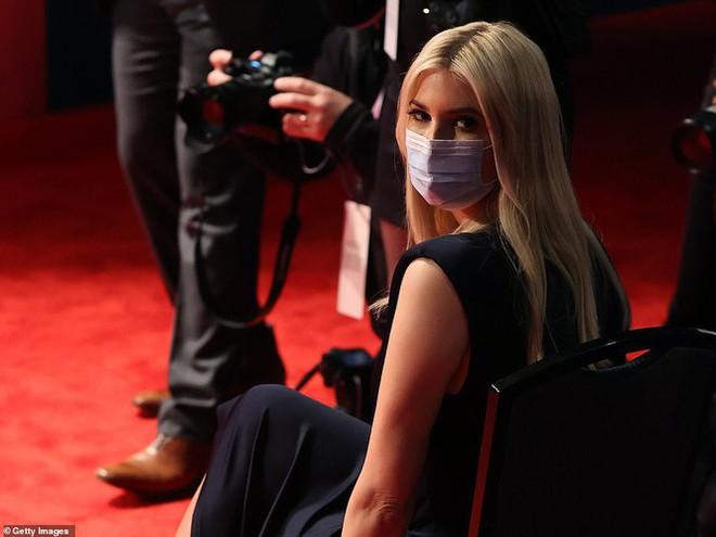 Bà Melania tái xuất hậu COVID-19, đeo khẩu trang đi cổ vũ ông Trump - Ảnh 3.