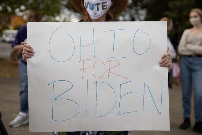 Bầu cử Mỹ: Ông già Noel, bộ xương khô cầm biểu ngữ vận động tranh cử - Ảnh 5.