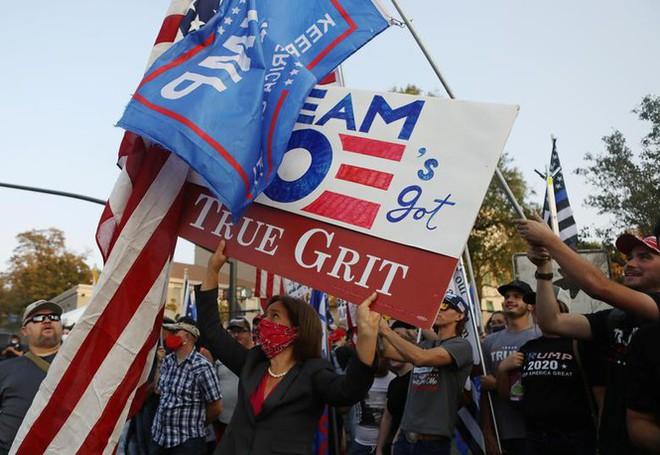 Bầu cử Mỹ: Ông già Noel, bộ xương khô cầm biểu ngữ vận động tranh cử - Ảnh 6.