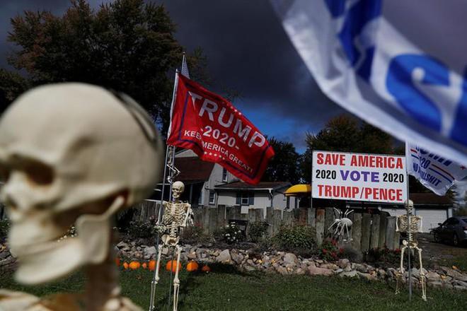 Bầu cử Mỹ: Ông già Noel, bộ xương khô cầm biểu ngữ vận động tranh cử - Ảnh 7.