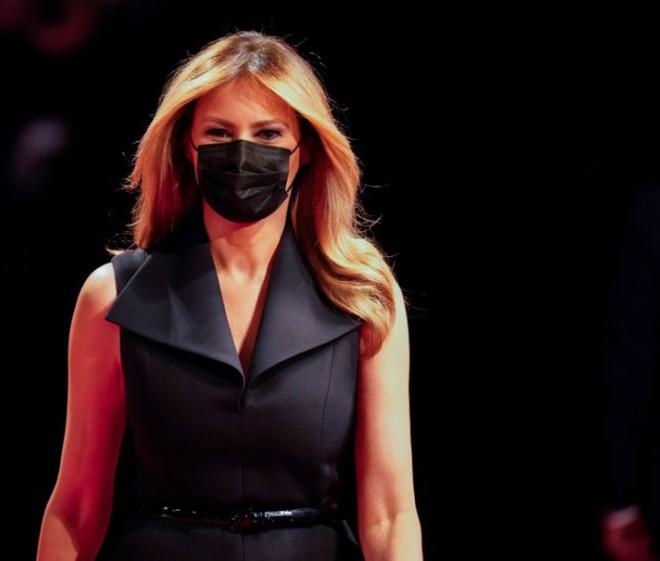 Bà Melania tái xuất hậu COVID-19, đeo khẩu trang đi cổ vũ ông Trump - Ảnh 7.