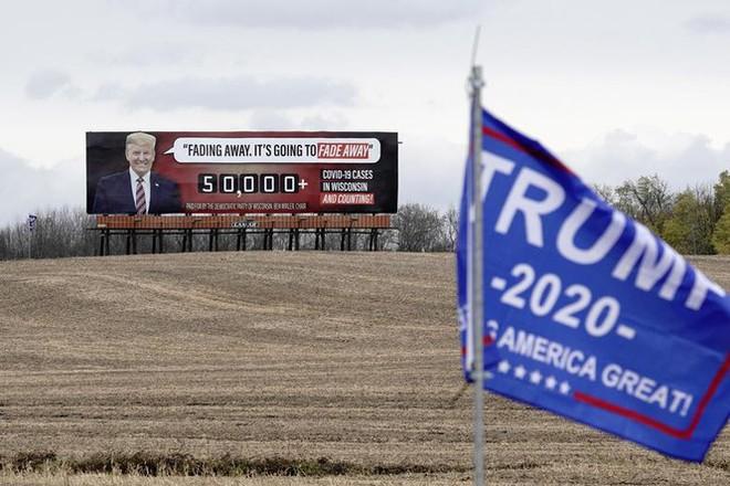 Bầu cử Mỹ: Ông già Noel, bộ xương khô cầm biểu ngữ vận động tranh cử - Ảnh 8.