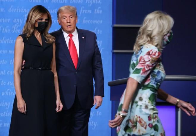 Bà Melania tái xuất hậu COVID-19, đeo khẩu trang đi cổ vũ ông Trump - Ảnh 8.