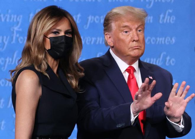 Bà Melania tái xuất hậu COVID-19, đeo khẩu trang đi cổ vũ ông Trump - Ảnh 9.