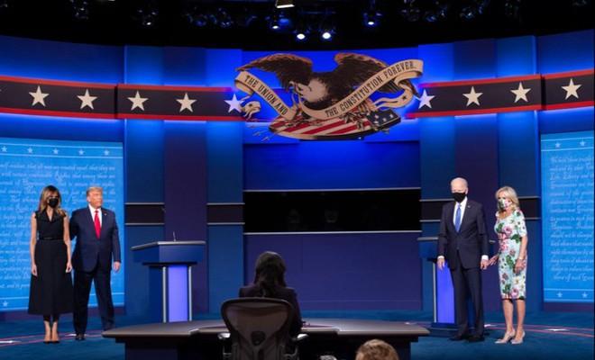 Bà Melania tái xuất hậu COVID-19, đeo khẩu trang đi cổ vũ ông Trump - Ảnh 10.