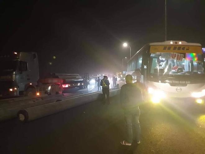 Hàng chục cột điện rơi trên xe xuống đường, giao thông trên cao tốc Pháp Vân - Cầu Giẽ ùn tắc - Ảnh 1.