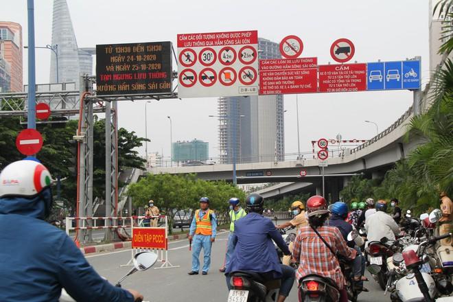 Hàng nghìn người Sài Gòn mệt phờ giữa nắng nóng và khói bụi do đóng hầm Thủ Thiêm - Ảnh 2.