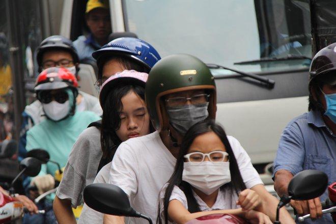 Hàng nghìn người Sài Gòn mệt phờ giữa nắng nóng và khói bụi do đóng hầm Thủ Thiêm - Ảnh 4.