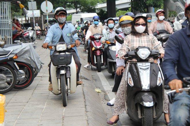 Hàng nghìn người Sài Gòn mệt phờ giữa nắng nóng và khói bụi do đóng hầm Thủ Thiêm - Ảnh 5.