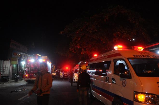 Tai nạn liên hoàn sau cú nổ lớn, ô tô 7 chỗ lao thẳng vào nhà dân, ít nhất 2 người tử vong - Ảnh 3.