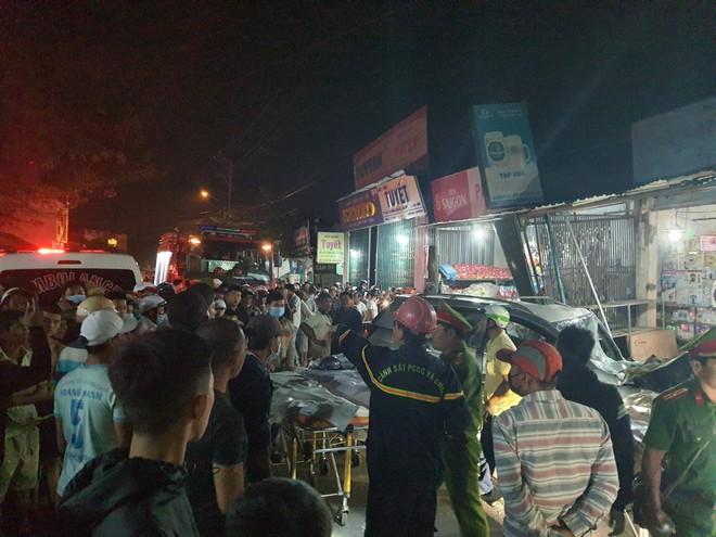 Tai nạn liên hoàn sau cú nổ lớn, ô tô 7 chỗ lao thẳng vào nhà dân, ít nhất 2 người tử vong - Ảnh 1.