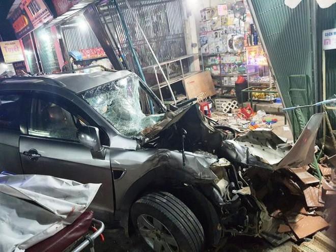 Clip: Khoảnh khắc xe tải mất lái, tông hàng loạt ô tô, lao vào 4 nhà dân bên đường khiến 3 người tử vong - Ảnh 3.