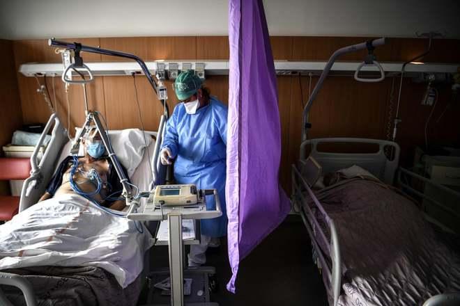 7 ngày qua ảnh: Nhân viên y tế Barcelona cởi quần áo phản đối điều kiện làm việc - Ảnh 9.
