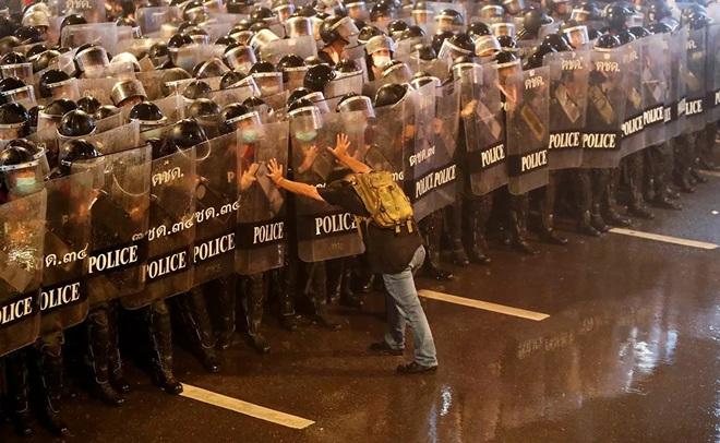 7 ngày qua ảnh: Nhân viên y tế Barcelona cởi quần áo phản đối điều kiện làm việc - Ảnh 2.