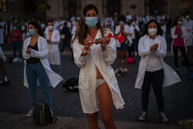 7 ngày qua ảnh: Nhân viên y tế Barcelona cởi quần áo phản đối điều kiện làm việc - Ảnh 5.
