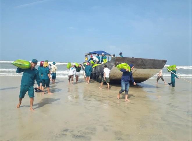 Tàu gỗ không người, không số hiệu trôi dạt vào bờ biển Quảng Trị - Ảnh 1.