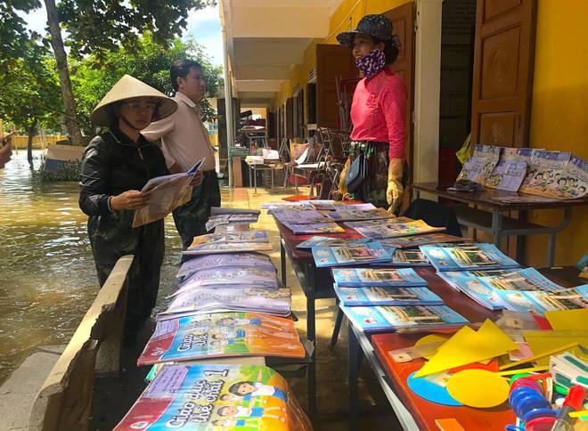 Lũ đi qua, hàng loạt học sinh ở Hà Tĩnh thiếu sách vở đến trường - Ảnh 3.