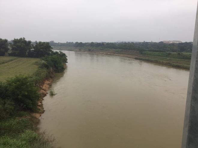 Nam thanh niên chạy xe ra giữa cầu rồi lao xuống sông tự tử, nhiều người không kịp can ngăn - Ảnh 2.