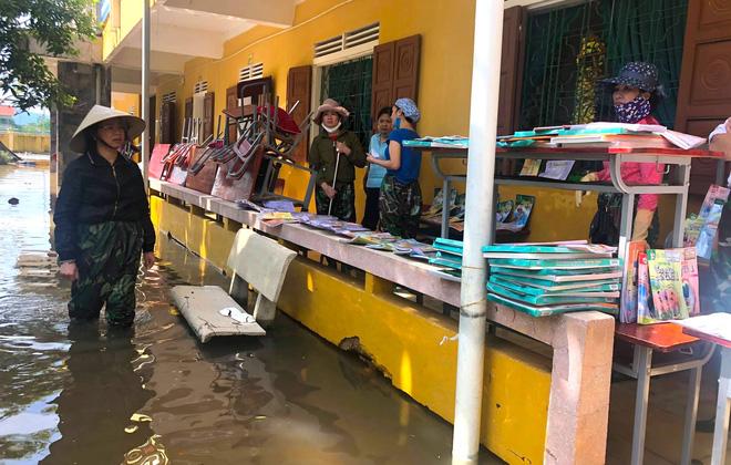 Lũ đi qua, hàng loạt học sinh ở Hà Tĩnh thiếu sách vở đến trường - Ảnh 2.