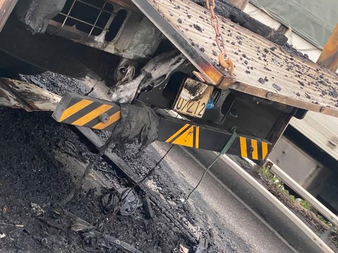 Tai nạn liên hoàn, xe container đấu đầu xe tải rồi 2 xe cháy trơ khung trên Quốc lộ 1A - Ảnh 6.