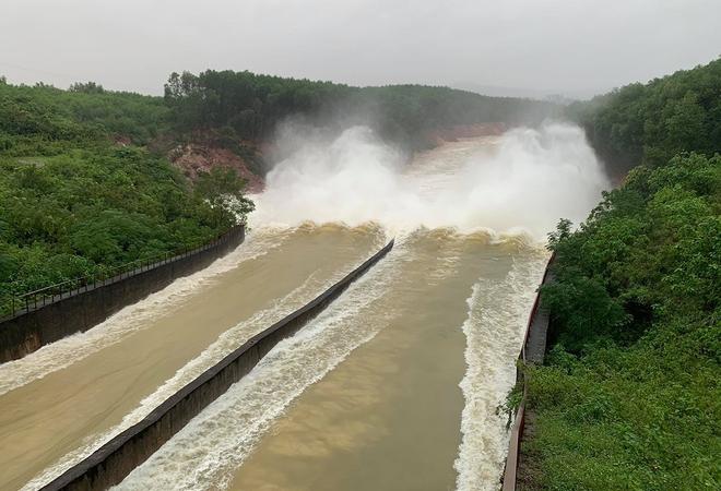 Hồ Kẻ Gỗ tăng lượng xả tràn từ 7 giờ ngày 26/10 - Ảnh 1.